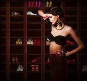 Confusion. Femme bouleversée choisissant quoi porter. Salle Photo stock