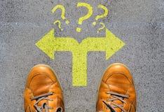 Confuso che modo andare o scegliere concetto di direzione Immagine Stock