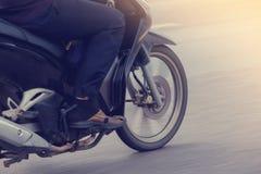 Confuso della ruota del motociclo che gira con l'uomo che determina alta velocità immagini stock libere da diritti