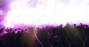 Confuso delle siluette della folla di concerto alla retrovisione del festival Immagini Stock