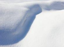 Congère blanche bleuâtre, neige photos libres de droits