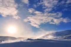 Congère dans les montagnes arctiques de la Norvège photographie stock