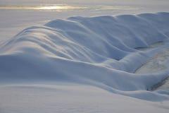 Congère sous forme de serpent qui rampe sous la terre l'hiver ensoleillé de jour photos stock
