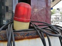 Congé de clignotant rouge de lumière de secours de point de contrôle de police de sirène sur la rue avec le fond de tache floue,  Photo libre de droits