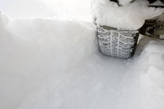 Congé de véhicule une semelle profonde dans la neige Photos libres de droits