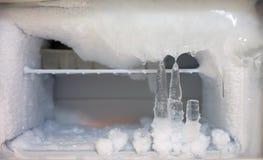 Congélateur de glacière de cristaux de glace dans le réfrigérateur photographie stock