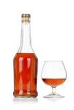 Congac Flasche mit Glas auf Weiß Lizenzfreies Stockfoto