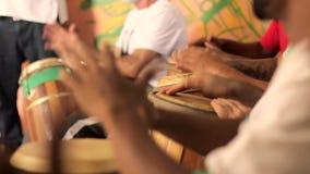 Congaen trummar spelaren i grupp arkivfilmer
