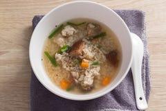 Congee asiático com carne de porco no branco Imagens de Stock