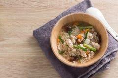 Congee asiatico con carne di maiale nel bianco Fotografia Stock