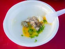 Congee asiatique de riz de porc avec l'oeuf Photographie stock libre de droits