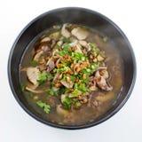 Congee de riz mélangé au gruau de viande ou de riz avec du porc, shrim sec images libres de droits