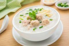 Congee met fijngehakt varkensvlees in kom stock foto's