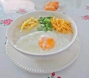 Congee tradizionale del riso del porridge immagini stock libere da diritti