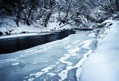Congelé inachevé de rivière d'hiver photographie stock