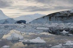 Congela e iceberg de regiões polares de terra Imagem de Stock Royalty Free