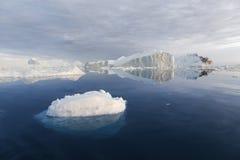 Congela e iceberg de regiões polares de terra Imagens de Stock