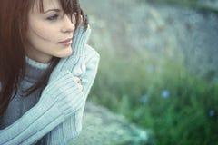 Congelación hermosa de la muchacha al aire libre Fotos de archivo