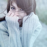 Congelación hermosa de la muchacha al aire libre Imagenes de archivo