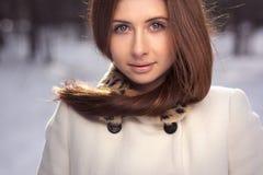 Congelación hermosa de la muchacha al aire libre Fotografía de archivo libre de regalías
