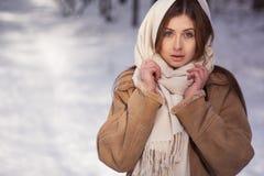 Congelación hermosa de la muchacha al aire libre Imágenes de archivo libres de regalías
