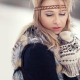 Congelación hermosa de la muchacha al aire libre Imagen de archivo libre de regalías