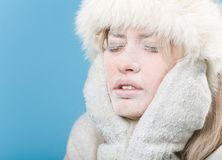 Congelado. Cara femenina enfriada cubierta en hielo de la nieve Imágenes de archivo libres de regalías
