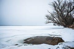 Congelado sobre el lago del oso adyacente al lago Michigan Foto de archivo