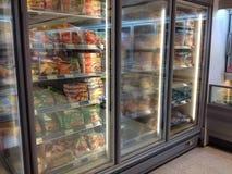 Congeladores y comida congelada en un superstore Imagen de archivo libre de regalías