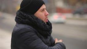 Congelan al hombre en invierno frío almacen de metraje de vídeo