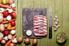 Congelato crudo su fondo di legno verde Collo crudo, primo piano della carne di maiale delle verdure su un bordo dell'ardesia Cop Fotografie Stock Libere da Diritti