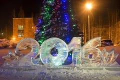 Congele 2016 figuras na árvore de Natal na cidade da noite Foto de Stock