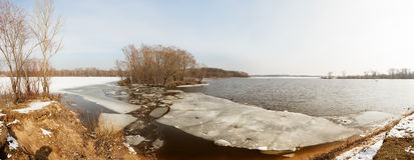 Congele fragmentos sob a camada fina de água do rio congelada Imagem de Stock