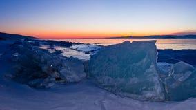 Congele montes em um fundo do panorama do alvorecer do Lago Baikal Imagens de Stock Royalty Free