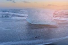Congele na praia da areia do preto do diamante, Islândia imagens de stock