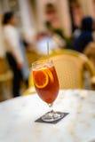 Congele o chá do limão em um vidro do atall com três fatias do limão Imagem de Stock