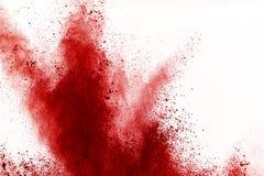 Congele o movimento do pó vermelho que explode, isolado no fundo branco Projeto abstrato da nuvem de poeira vermelha Tela da expl foto de stock