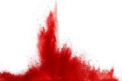 Congele o movimento do pó vermelho que explode, isolado no fundo branco Projeto abstrato da nuvem de poeira vermelha Tela da expl imagens de stock