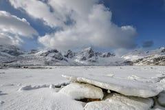 Congele a paisagem do mundo no arquipélago de Lofoten, Noruega no tempo de inverno foto de stock royalty free