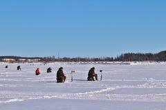 Congele a pesca no rio de Lule em Luleå fotos de stock royalty free