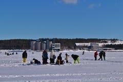 Congele a pesca no rio de Lule em Luleå fotografia de stock