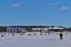 Congele a pesca no rio de Lule em Luleå imagens de stock royalty free