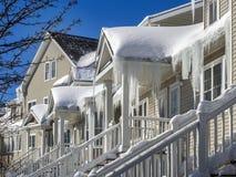 Congele represas e neve no telhado e nas calhas Fotos de Stock Royalty Free