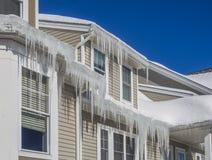 Congele represas e neve no telhado e nas calhas Foto de Stock