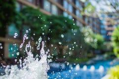 Congele salpicando gotitas del agua en el aire cerca de la piscina Fotos de archivo