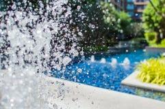 Congele salpicando gotitas del agua en el aire cerca de la piscina Foto de archivo libre de regalías