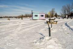 Congele tabelas das cabines e de piquenique da pesca em Ste-Rosa Laval Fotos de Stock