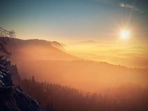 Congeli l'alba autunnale, rocce coperte di neve fresca della polvere Roccia pietrosa Fotografia Stock