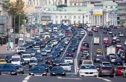 Congestionado com a estrada multilane dos carros imagem de stock royalty free