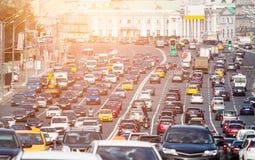 Congestionado com a estrada multilane dos carros fotografia de stock